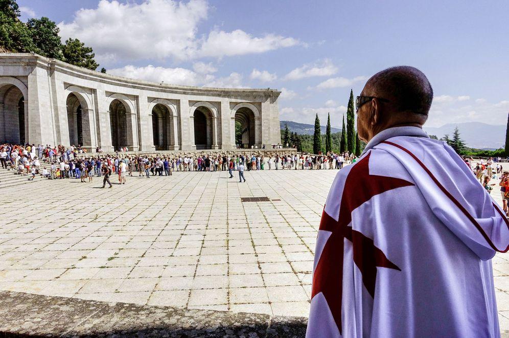 Foto: Un hombre con la capa de los caballeros del Temple observa una protesta franquista el pasado 15 de julio en el Valle de los Caídos. (EFE)