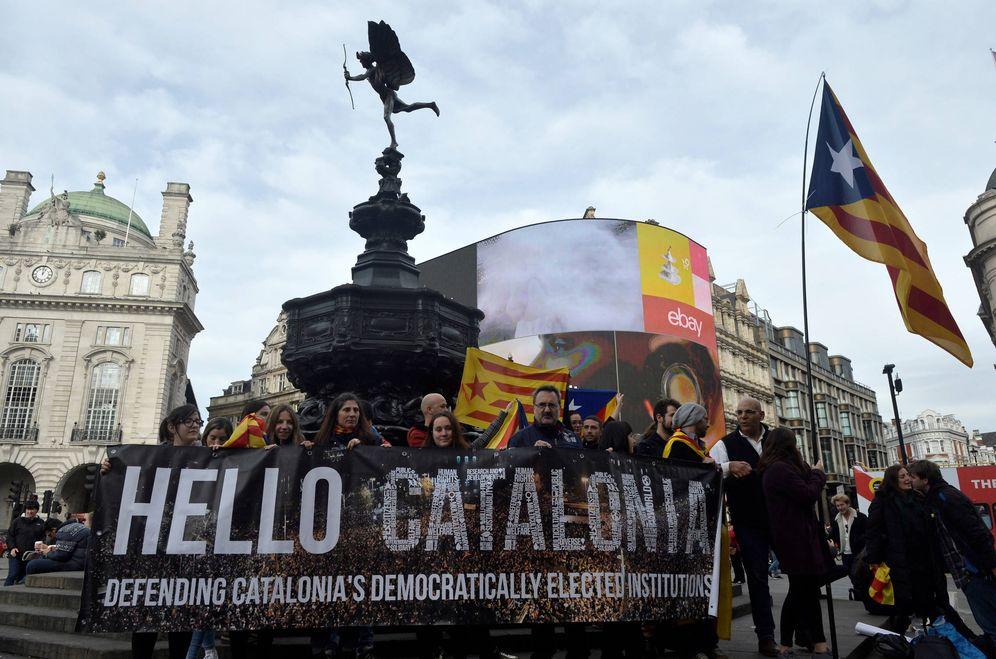 Foto: Manifestantes a favor de la independencia de Cataluña en Picadilly Circus, Londres. (Reuters)