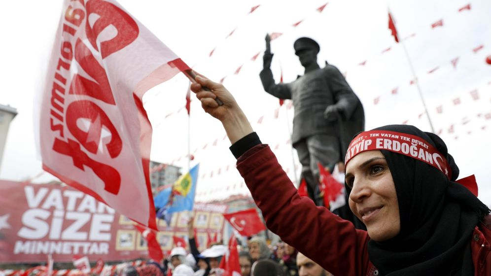 Foto: Una seguidora del presidente Erdogan agita una bandera a favor de la reforma constitucional en la ciudad de Rize, el 3 de abril de 2017. (Reuters)