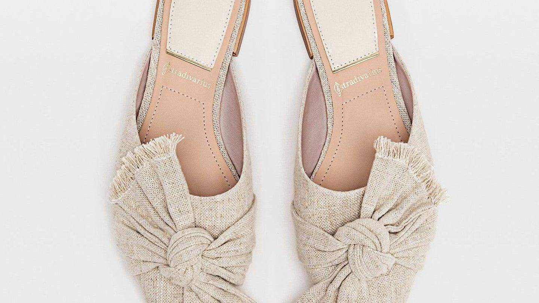 Zapatos mule de rafia, Stradivarius (25,99€).