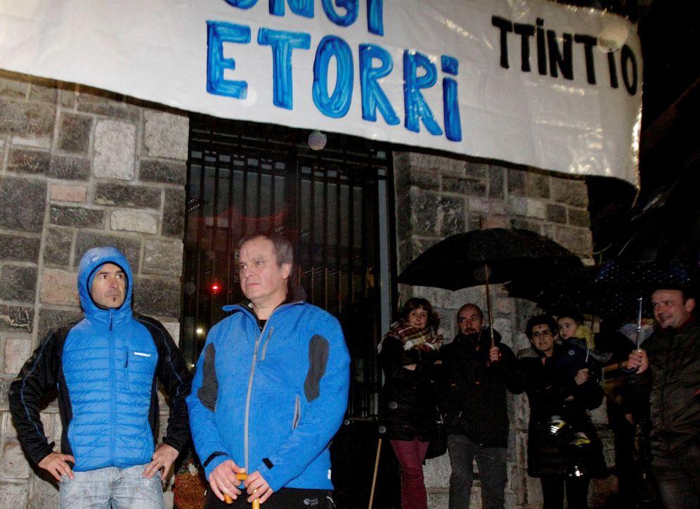Foto: Recibimiento en Andoain a los etarras Ignacio Otaño e Iñaki Igerategi, implicados en el asesinato de Joseba Pagazaurtundua, a su salida de prisión. (EFE)