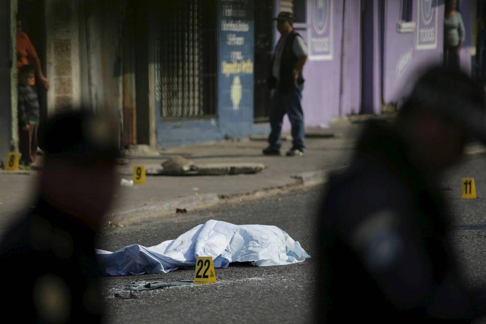 Foto: Agentes de policía junto al cadáver de una víctima de las maras, en Ciudad de Guatemala. (Reuters)