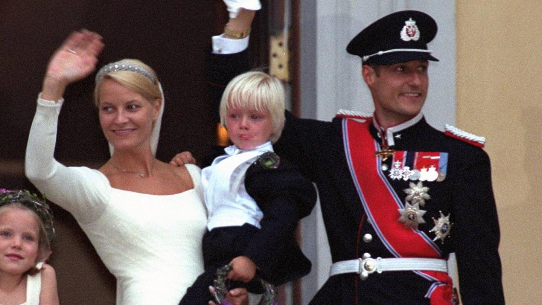 El príncipe Haakon y Mette Marit, el día de su boda, con Marius en brazos. (Getty)