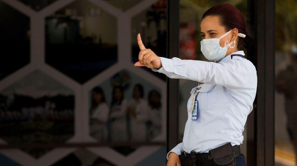 Foto: Una oficial de la Fuerza Aérea vigila el acceso al hospital militar en República Dominicana. (EFE)