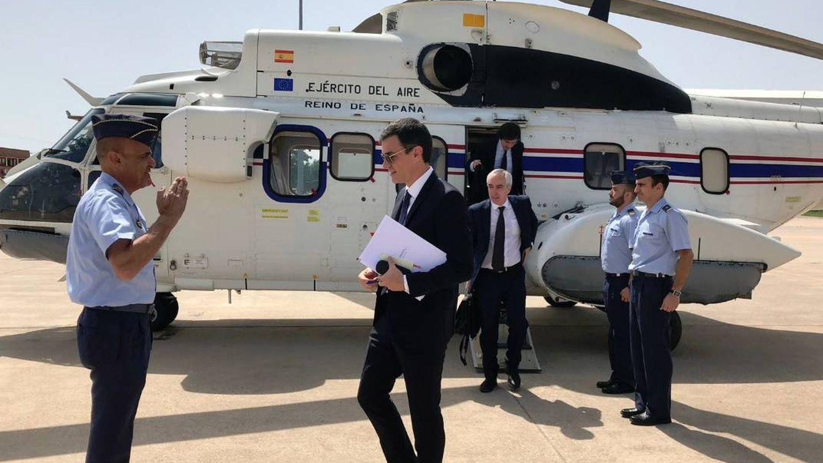Foto: El presidente Pedro Sánchez, bajándose del Super Puma del 402 Escuadrón. (Moncloa)