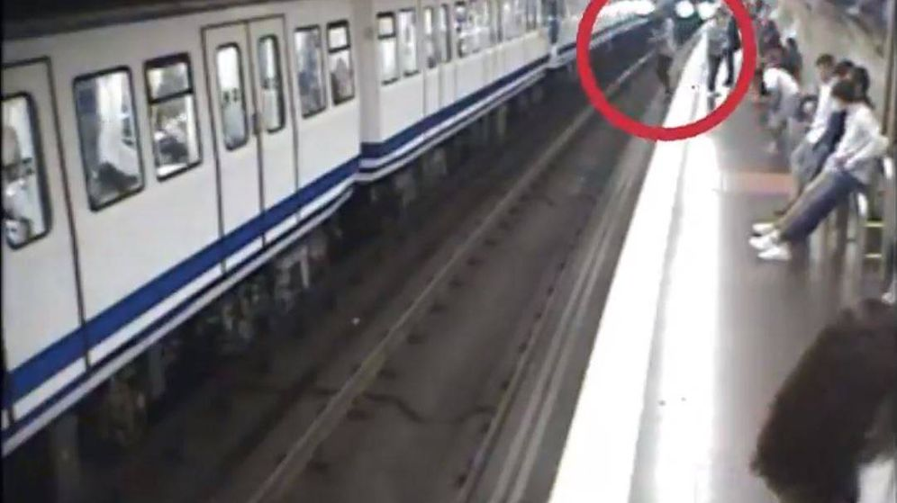Foto: Captura del vídeo de Metro de Madrid en el que se ve una caída a las vías