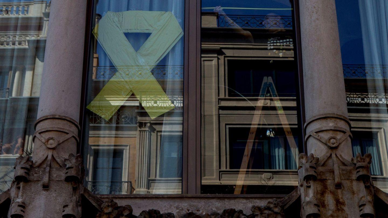 Un lazo amarillo, en la fachada del edificio de la Consellería de Economía de la Generalitat. (EFE)