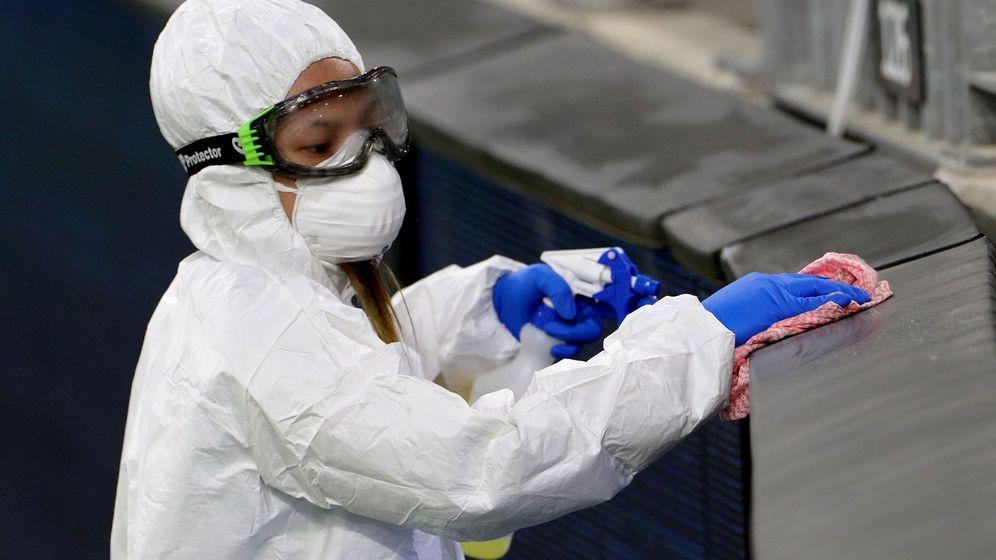 Foto: Una trabajadora desinfectando las gradas de un campo de futbol. (EFE)