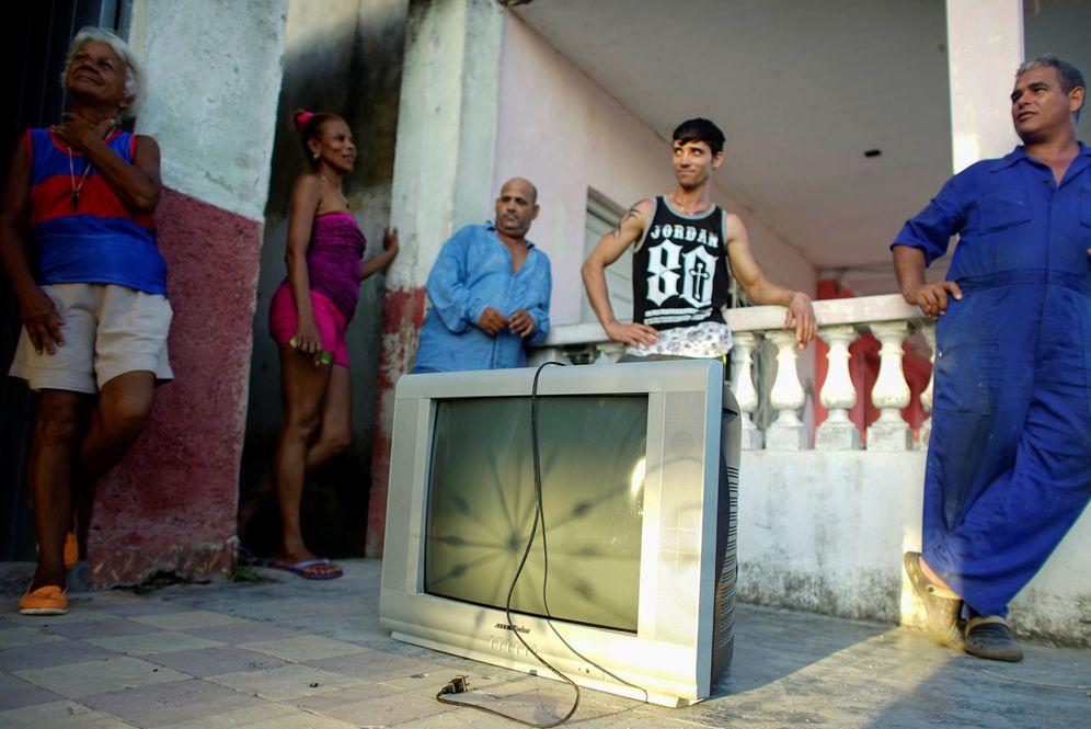 Foto: Una familia protege un televisor horas antes de la llegada del huracán Irma a Caibarién, Cuba, el 7 de septiembre de 2017. (Reuters)