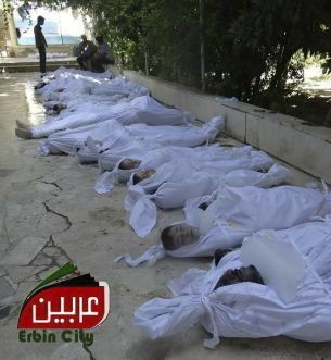 Fotografía facilitada por el comité local de arbeen que muestra los cuerpos sin vida de varios sirios tras un supuesto ataque con gases tóxicos. (efe)