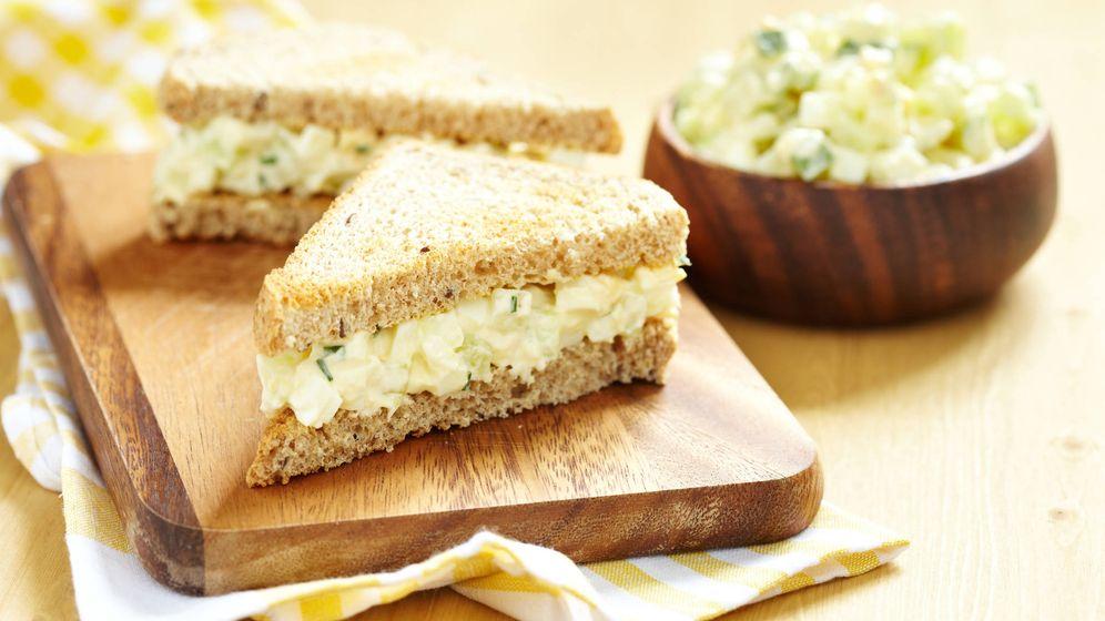 Foto: Combina huevo con ensalada y crema de queso. (iStock)
