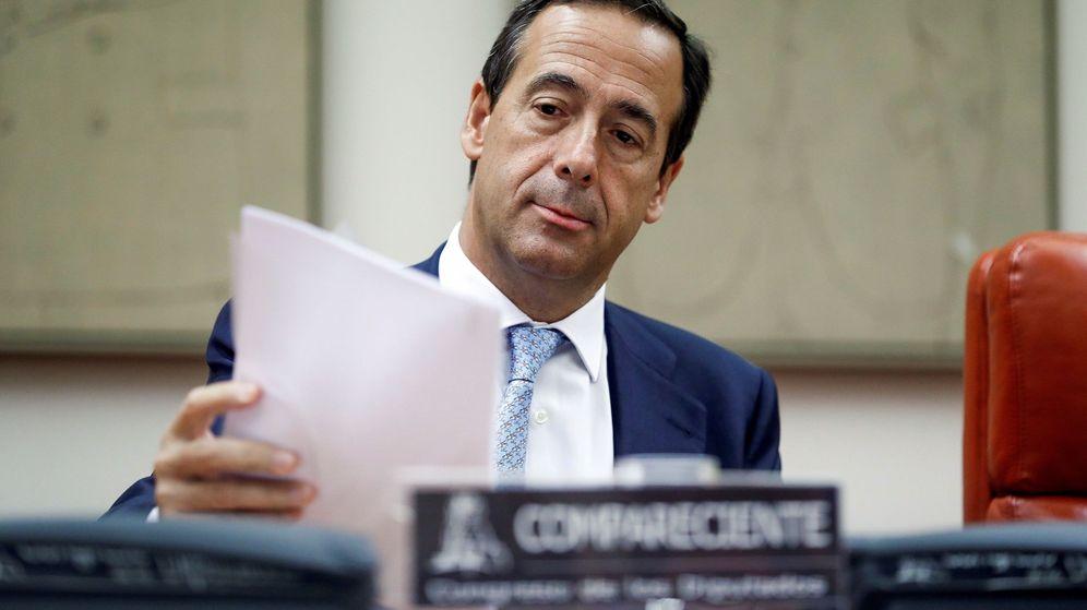 Foto: Gonzalo Gortázar, consejero delegado de CaixaBank, en el Congreso en 2018. (EFE)
