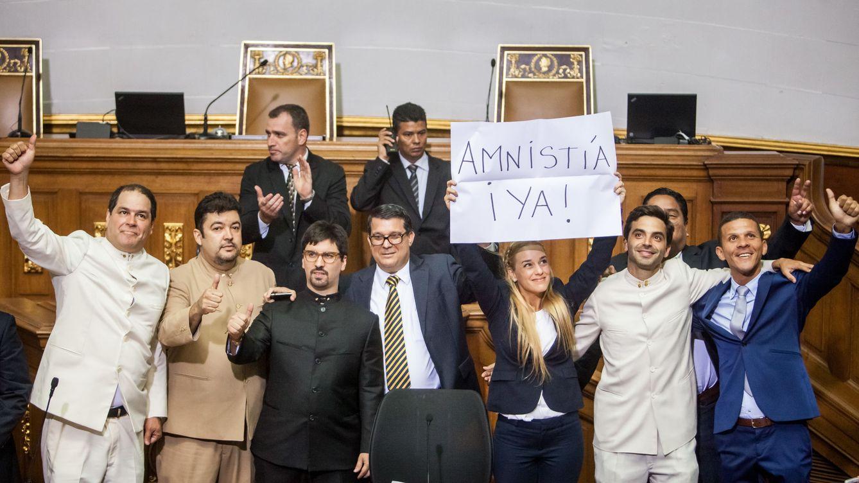 Abucheos, gritos y presencia de prensa en el nuevo Parlamento venezolano