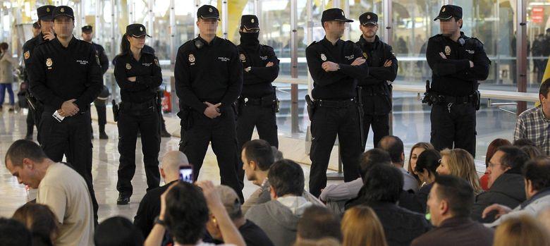 Foto: Efectivos de la policia nacional en la T-4 de Barajas. (EFE)