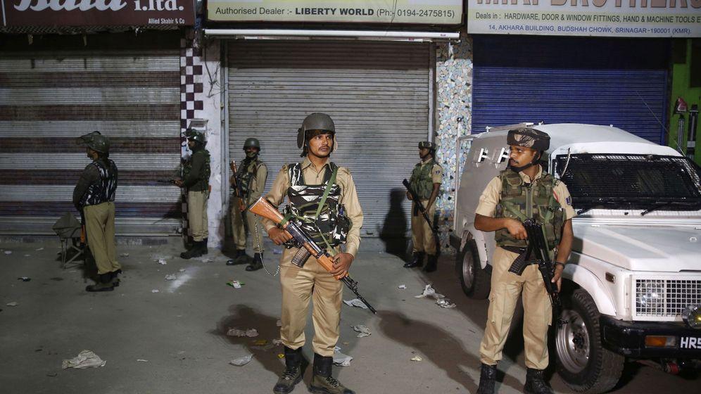 Foto: Soldados paramilitares indios hacen guardia en Srinagar, Cachemira. (Reuters)