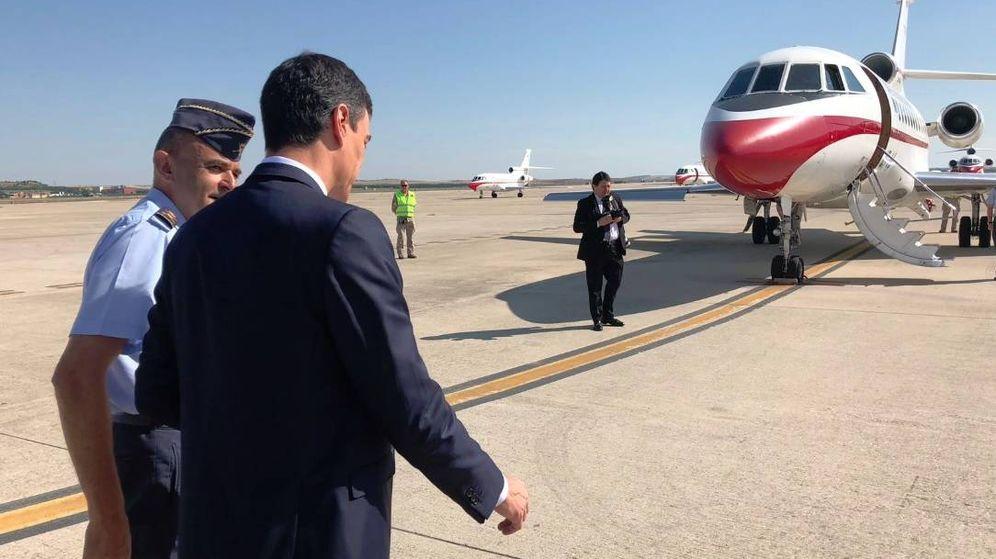 Foto: Pedro Sánchez, a punto de embarcar en uno de los Falcon del Ejército del Aire. (EFE)