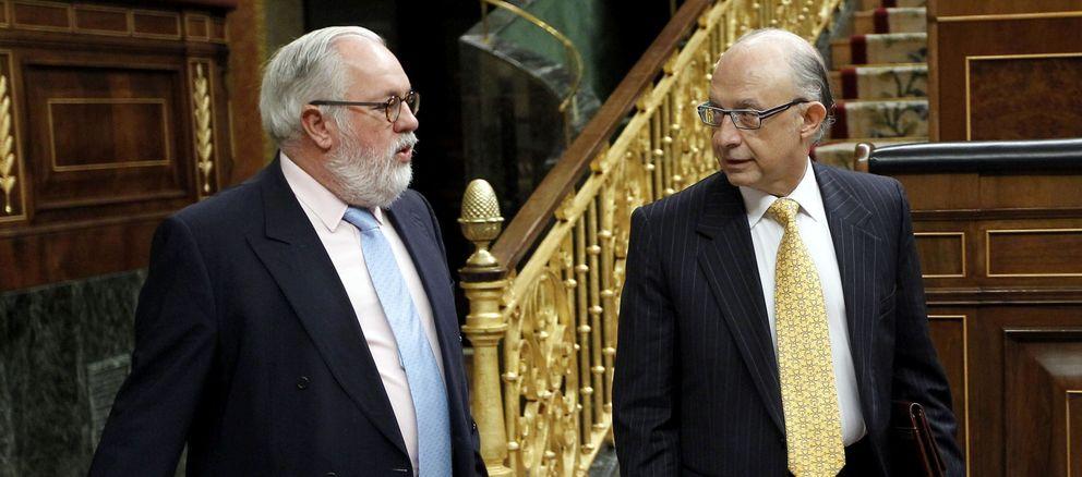 Miguel Arias Cañete, ministro de Agricultura, y Cristóbal Montoro, ministro de Hacienda. (Efe)