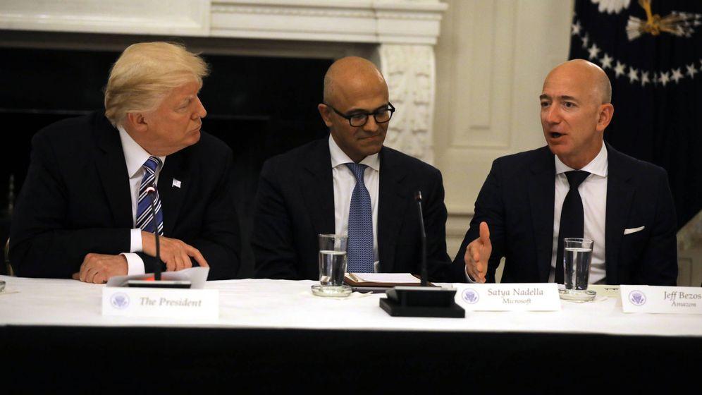 Foto: Donald Trump conversa con Jeff Bezos (derecha) en un encuentro en la Casa Blanca. (Reuters)