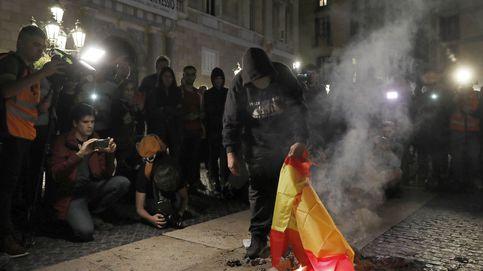 Un juez condena a una multa a tres independentistas por rajar la bandera española