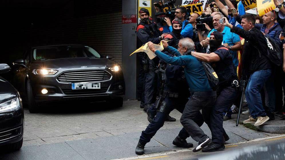 Foto: Varios manifestantes increpan al presidente del Gobierno en funciones, Pedro Sánchez, a su salida en coche del hospital de Sant Pau de Barcelona. (EFE)