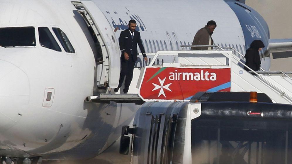 Foto: Momento en el que varios pasajeros desembarcaban del avión. (Reuters)