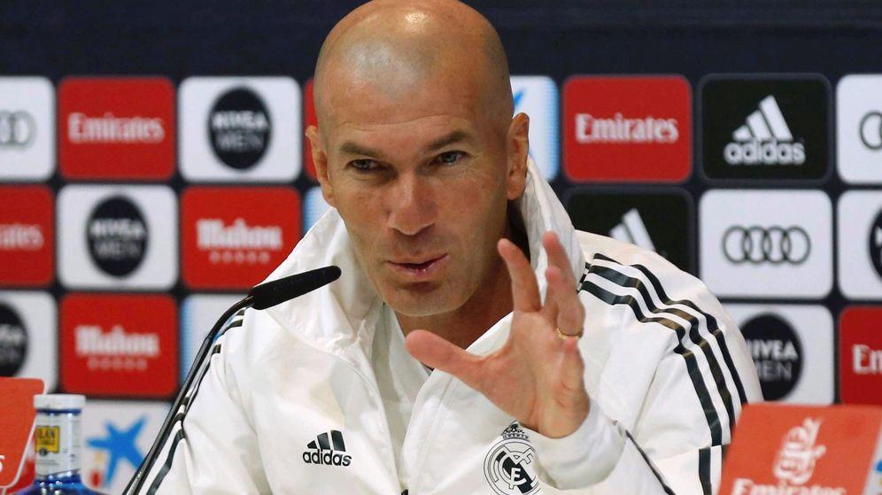 Foto: Zinédine Zidane da explicaciones antes del último partido de Liga contra el Betis en el Bernabéu. (Efe)