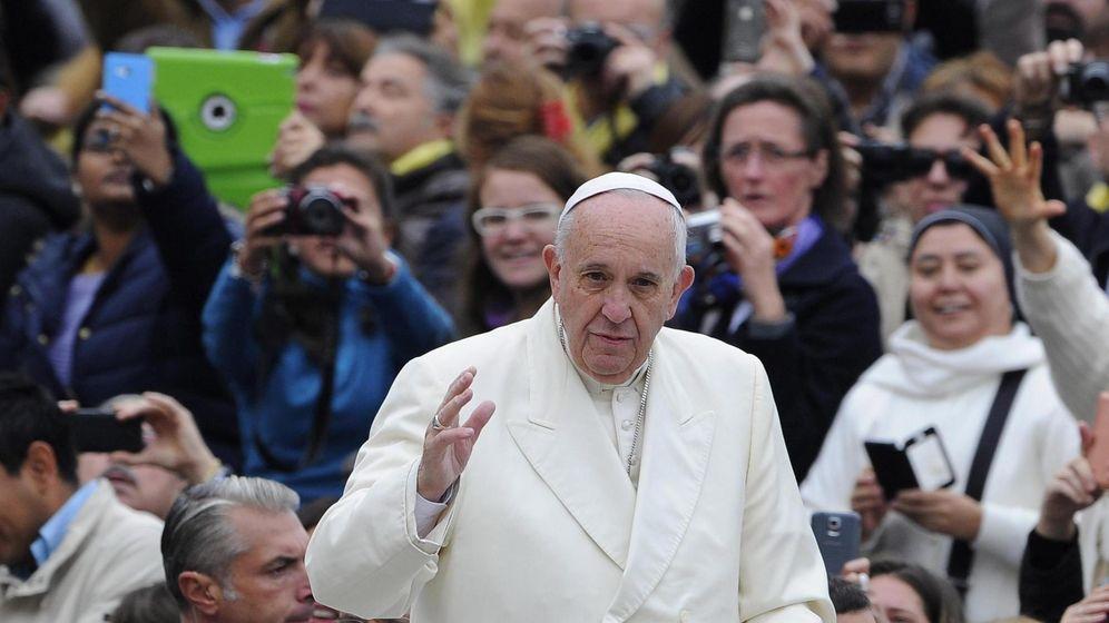 Foto: El papa Francisco saluda a los fieles durante la audiencia general en la Plaza de San Pedro en el Vaticano. (Efe)