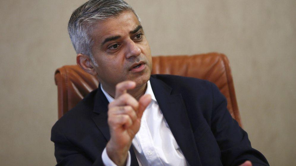 Foto: El candidato laborista a la alcaldía de Londres, Sadiq Khan, durante una entrevista. (Reuters)