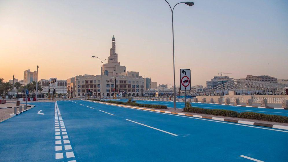 Foto: Imagen de la carretera pintada de azul en Qatar. (Foto: Qatar Tribune / Twitter)