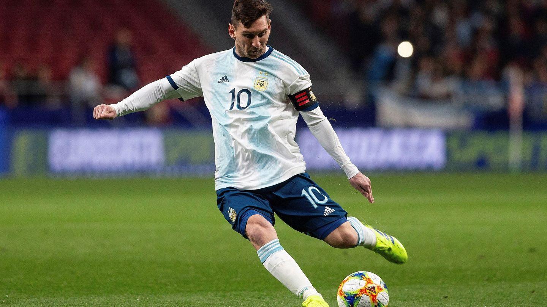 Kempes opina que el problema de Messi con la selección argentina es que no está bien rodeado. (EFE)