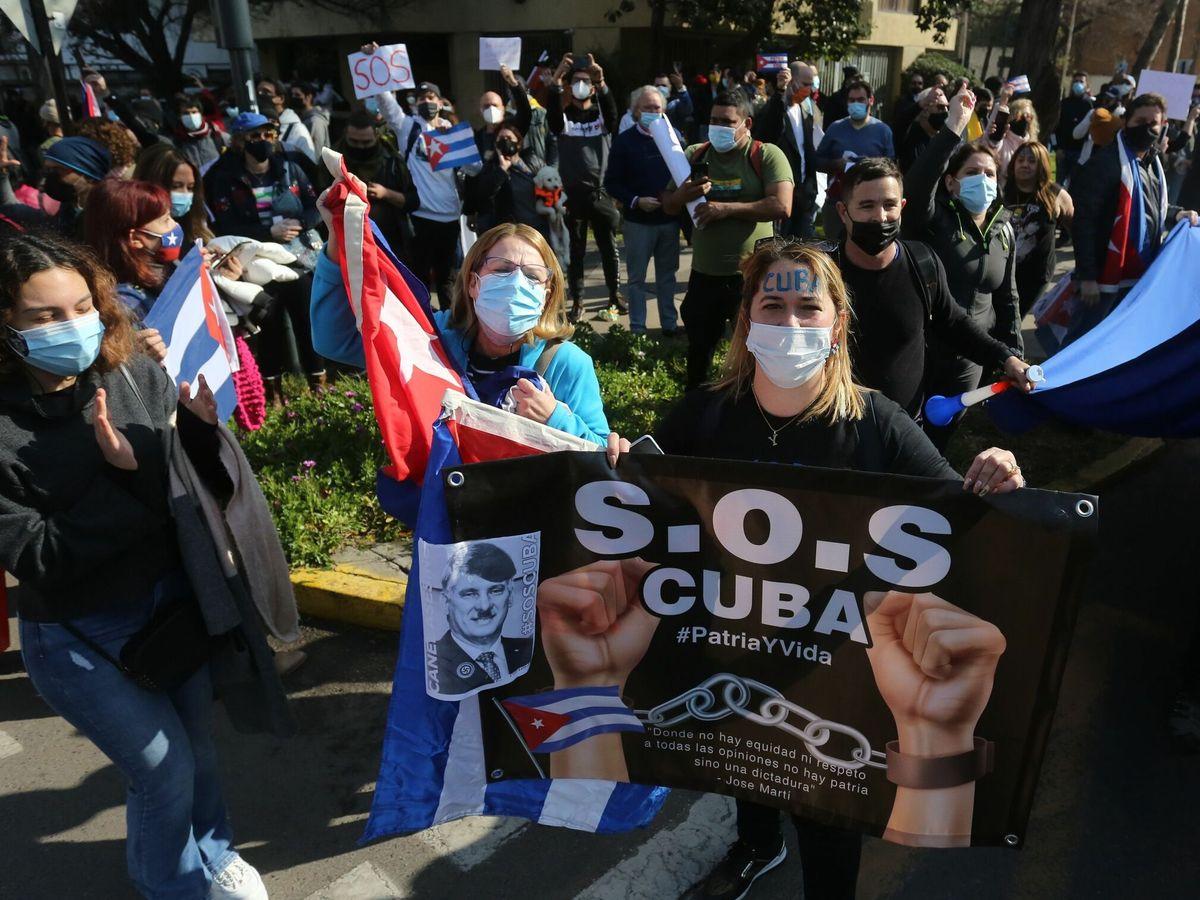 Foto: Cubanos protestan frente al consulado de su país en Chile. (EFE)