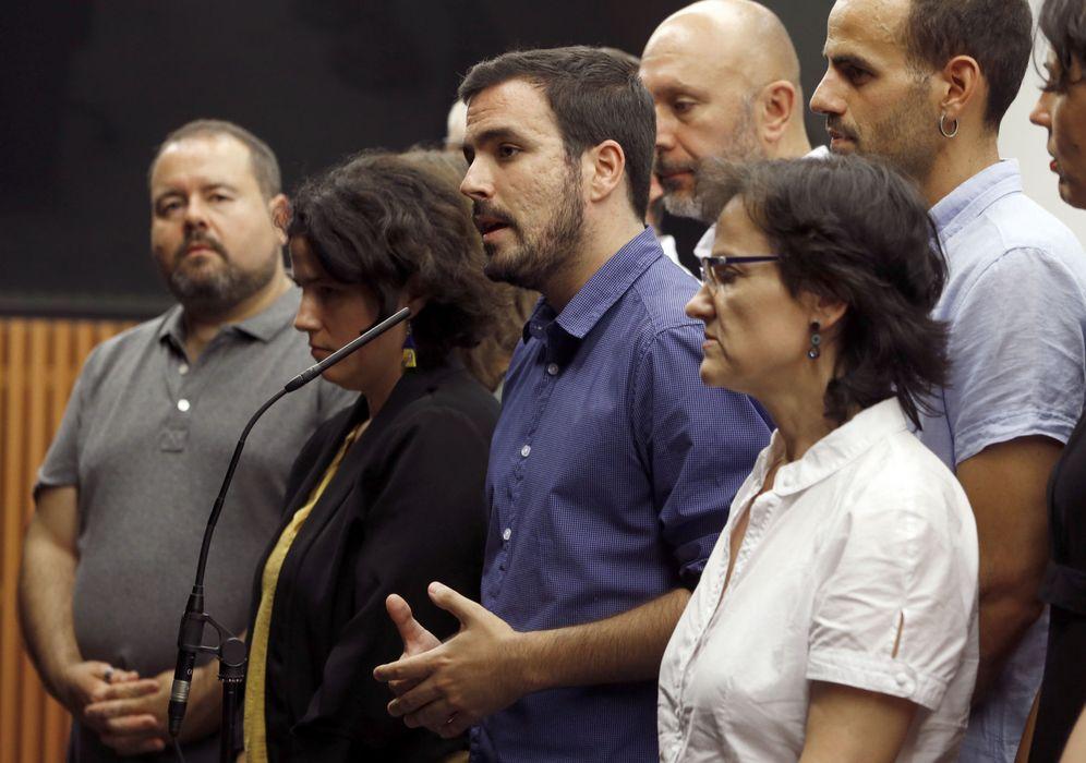 Foto: Alberto Garzón, junto al grupo de ocho diputados y dos senadores de IU y la secretaria de Institucional de la federación, Amanda Meyer, el pasado 12 de julio en el Congreso. (EFE)