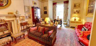Post de Foto con Obama y libros de jardinería: así es la sala del príncipe Carlos