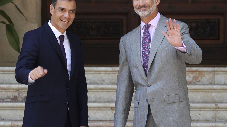 El rey Felipe VI y Pedro Sánchez, en el Palacio de Marivent el año pasado. (EFE)