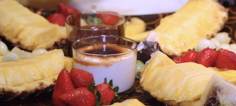 Foto: Plato de fruta en almíbar ligero con crema