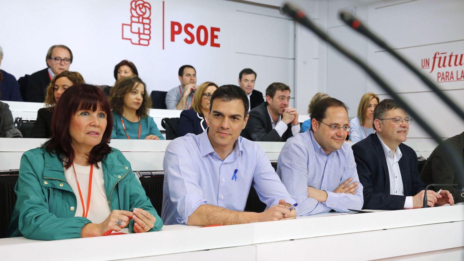 Foto: Pedro Sánchez, junto a la presidenta del partido, Micaela Navarro, y el secretario de Organización, César Luena, en el comité federal de este 2 de abril. (EFE)
