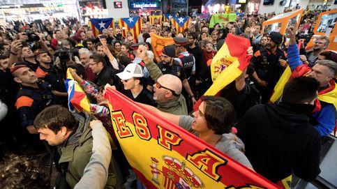 Tensión entre 'indepes' y ultras en Sants para despedir a la Mesa del Parlament