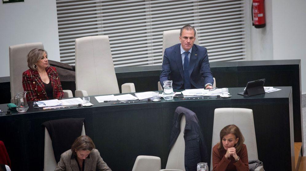 Foto: El portavoz de la formación de Vox en el Ayuntamiento de Madrid, Javier Ortega Smith (d). (EFE)