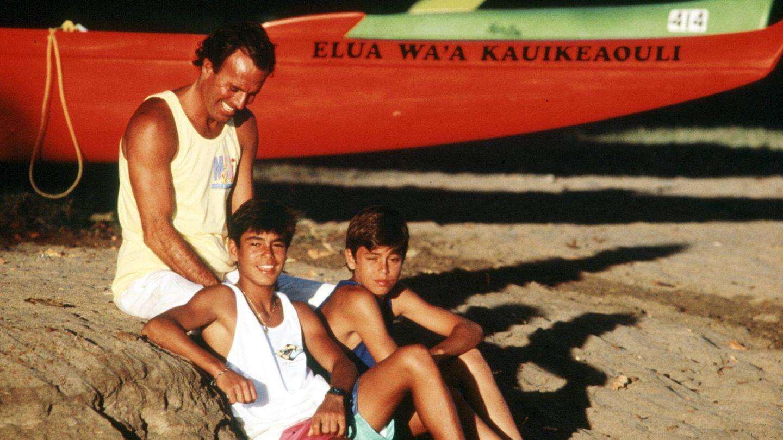 Julio Iglesias con sus hijos Enrique y Julio (Gtres)