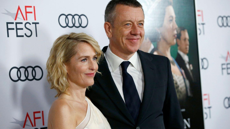 Peter Morgan y Gillian Anderson, en el estreno de la tercera temporada de 'The Crown'. (Reuters)