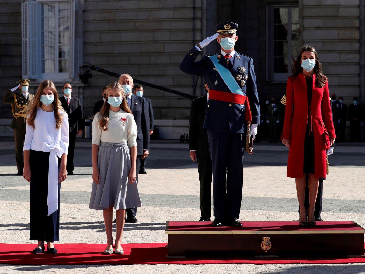 Foto: Los Reyes, con la princesa Leonor y la infanta Sofía en el desfile del Día de la Fiesta Nacional. (Reuters)