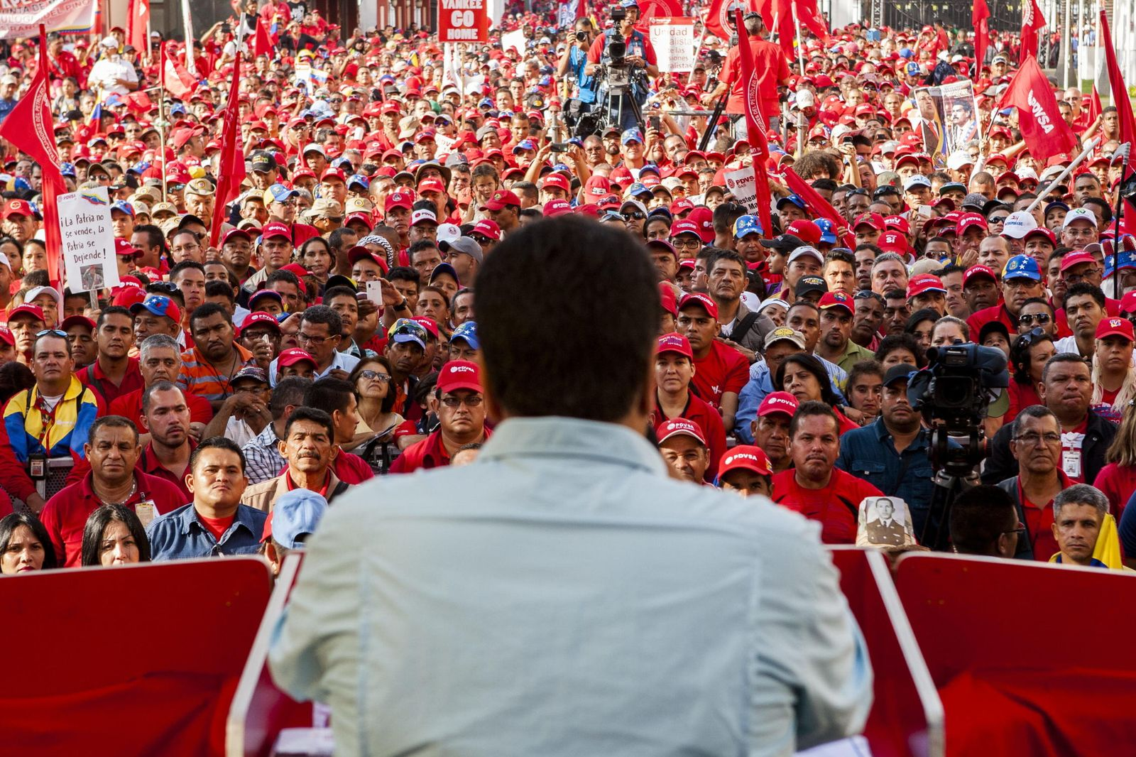 Foto: El presidente de Venezuela, Nicolás Maduro, habla a un grupo de trabajadores del sector petróleo el 18 de marzo en Caracas (EFE).