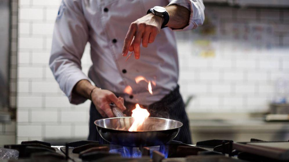 Foto: Tampoco hace falta que salga fuego de la sartén para ser un buen cocinillas. (iStock)