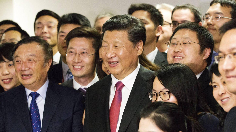 El presidente chino Xi Jinping (centro) posa junto a Ren Zhengfei (izquierda) y otros trabajadores de Huawei. (Cordon Press)