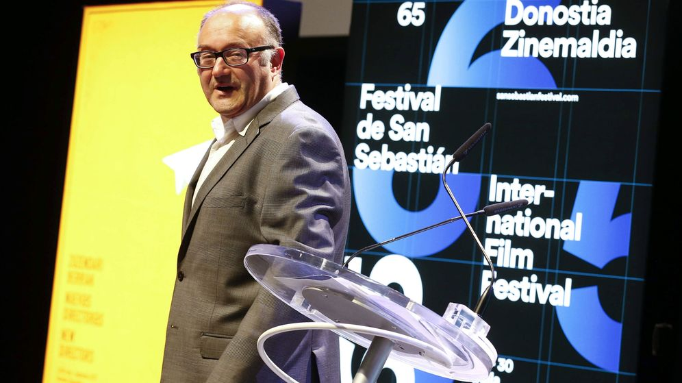 Foto: Rebordinos posa ante el cartel de la próxima edición del Festival de Cine de San Sebastián. (EFE)