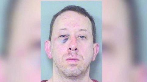 Un exjugador de la NFL da una paliza a un hombre por acosar a su hija