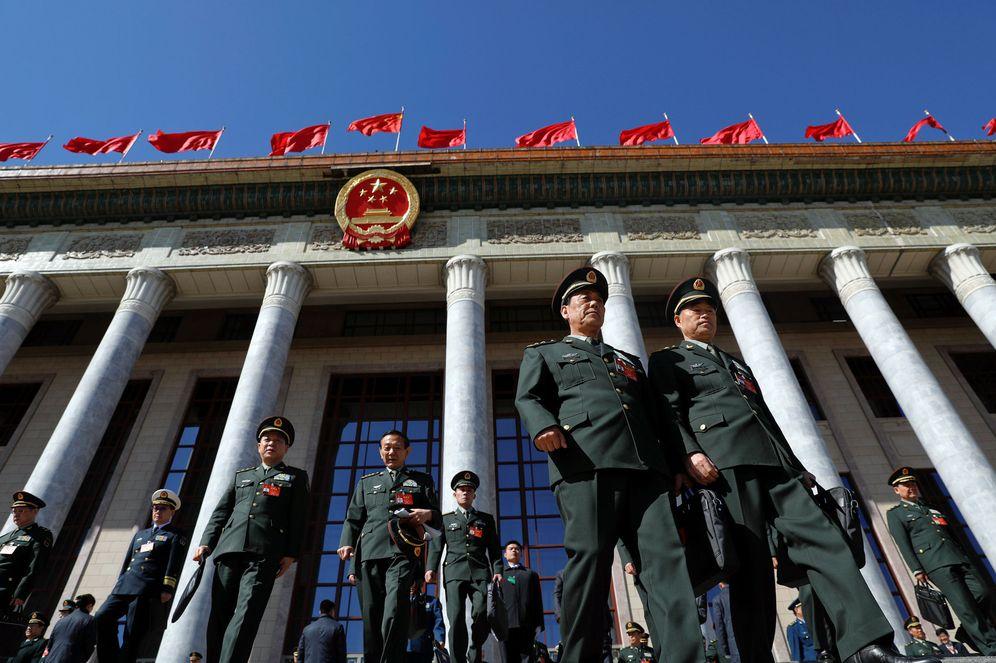Foto: Delegados militares abandonan la Gran Asamblea Popular tras una sesión del Congreso Nacional en Beijing, el 12 de marzo de 2017. (Reuters)