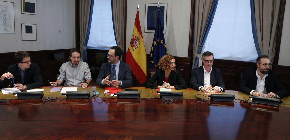 Foto: Los jefes de los equipos negociadores de Podemos, PSOE y Ciudadanos se reúnen en la sala Lázaro Dou del Congreso, este 7 de abril. (EFE)
