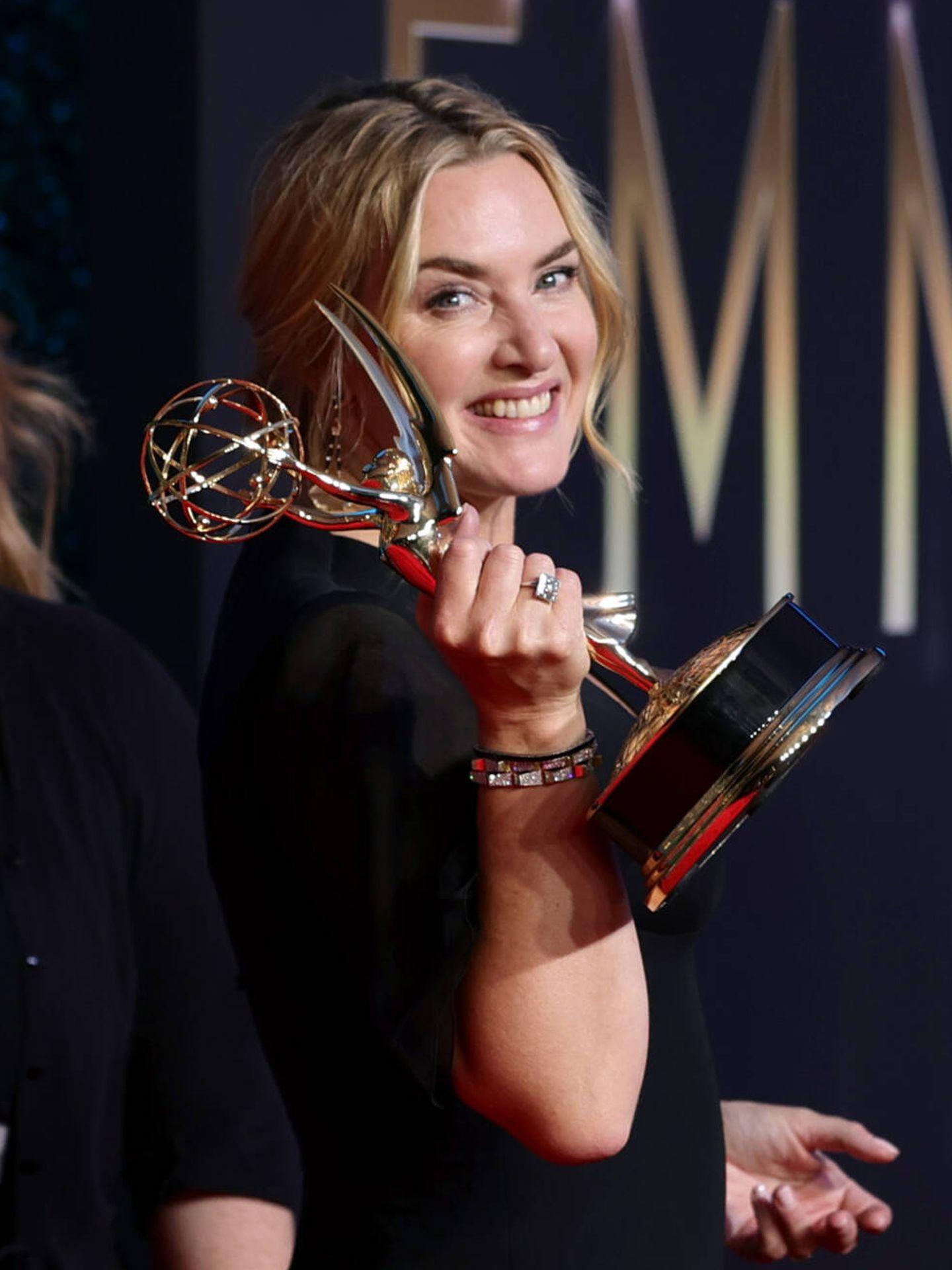 Detalle de las raíces entretejidas de Kate Winslet en los Emmy 2021. (Getty)