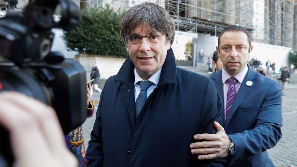 Racista, a prisión: increpan a Puigdemont a la salida de un hotel de Bruselas